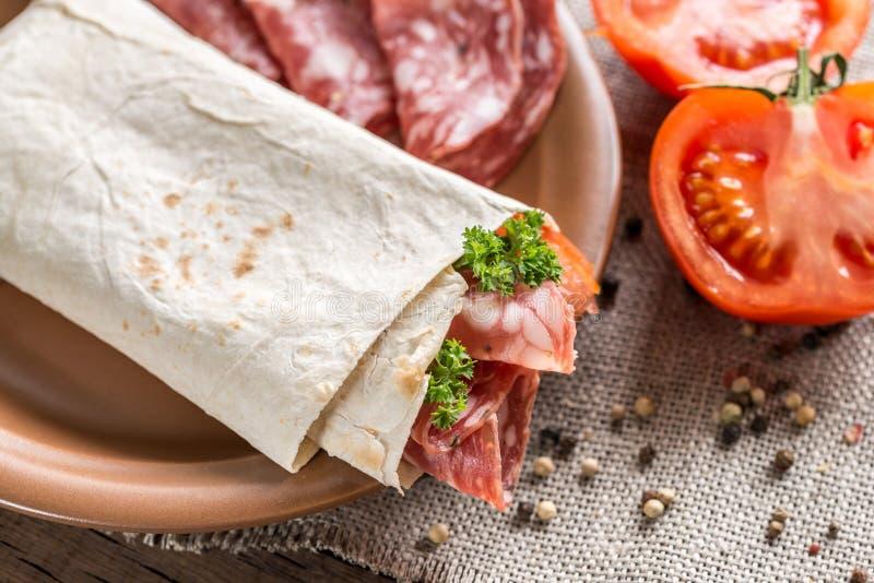 Tortilla avec la saucisse et les tomates photos libres de droits