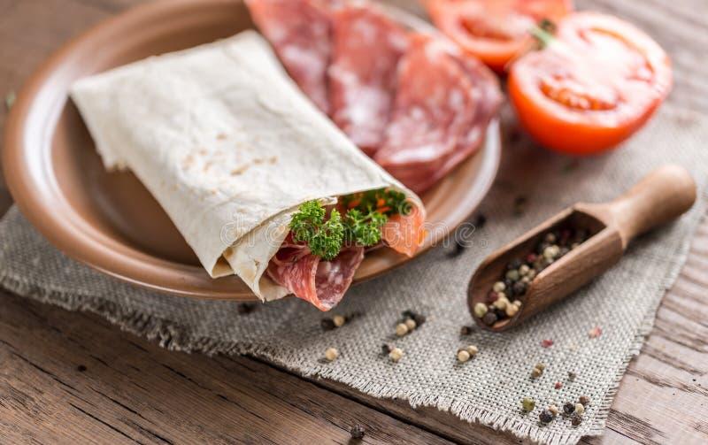 Tortilla avec la saucisse et les tomates images libres de droits