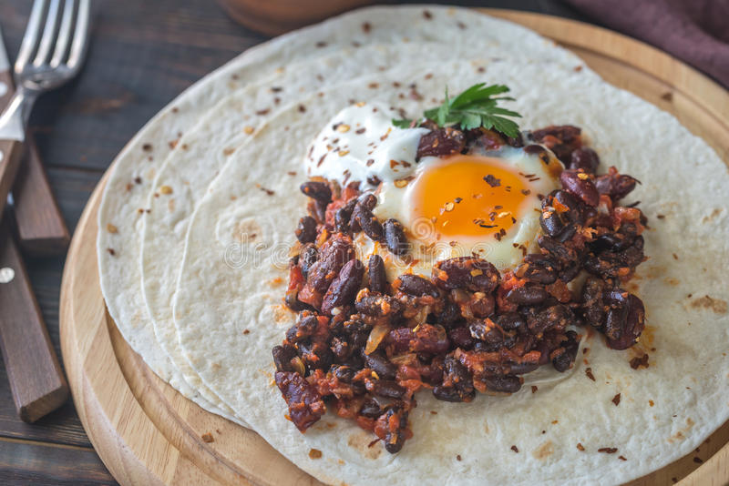 Tortilla avec le piment de haricot de chipotle et l'oeuf cuit au four photographie stock