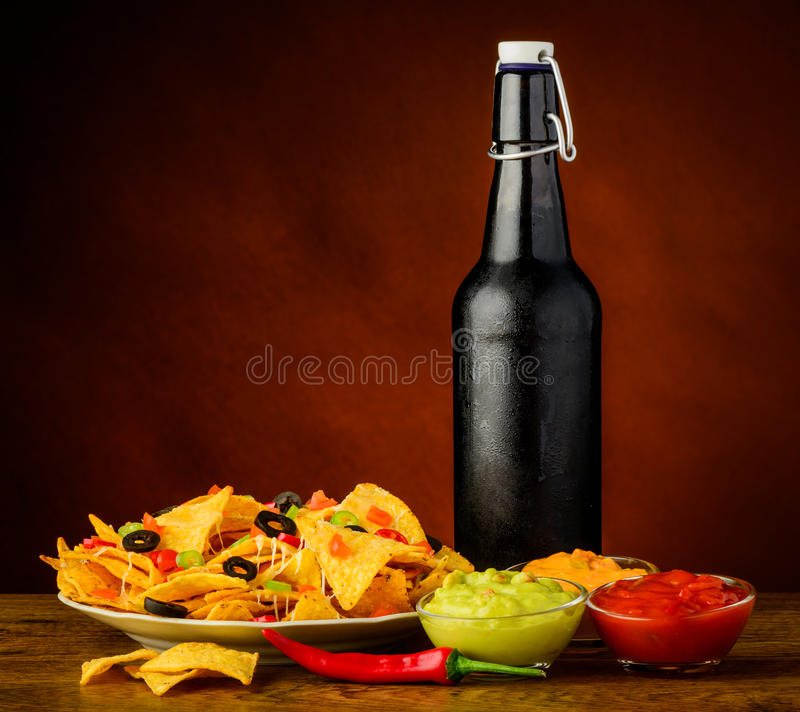 Tortilla-Chips, Bad und Bier stockbilder