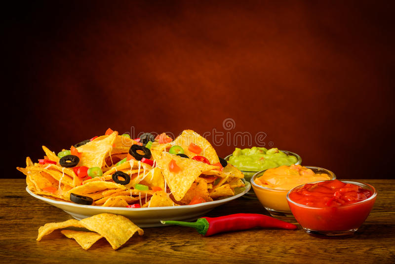 Tortilla-Chips mit Bad stockfotos