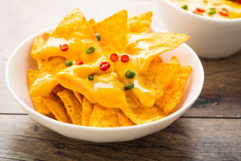 Tortilla-Chips mit Käse und chilis lizenzfreies stockbild