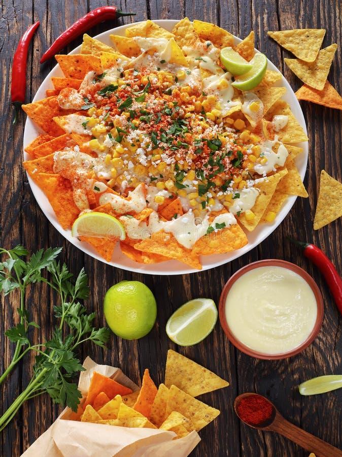 Tortilla-Chips mit Soße und Mais stockfotos