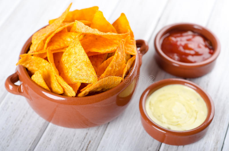 Tortilla-Chips mit zwei verschiedenen Bädern lizenzfreie stockbilder