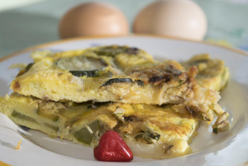 Tortilla con el calabacín de los huevos orgánicos fotografía de archivo