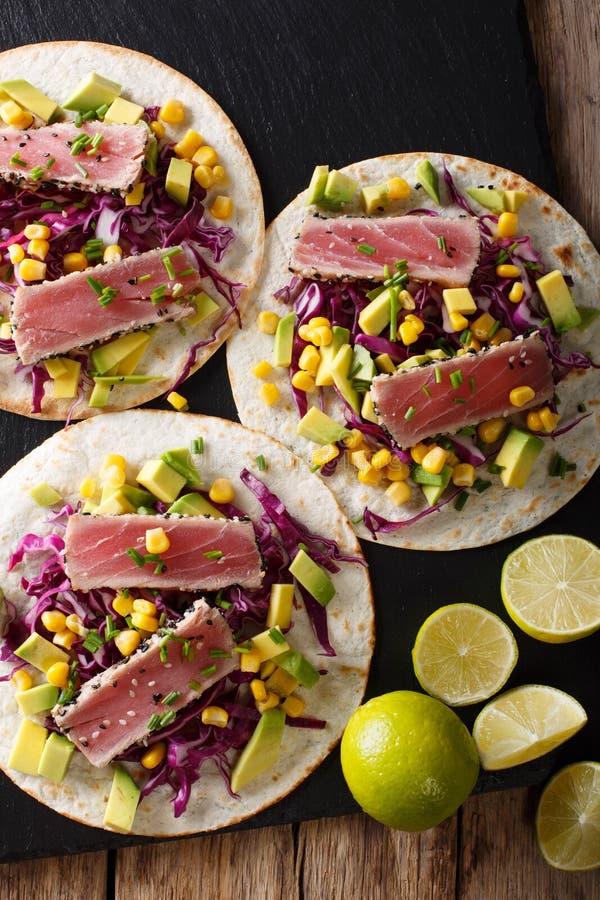 Tortilla con el filete de atún, el sésamo y el primer de las verduras frescas foto de archivo