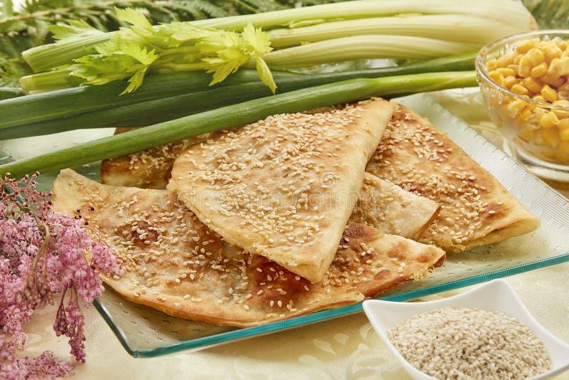 Tortilla con la salchicha y el sésamo salado imagen de archivo libre de regalías