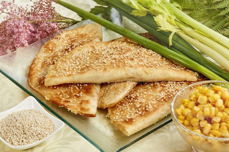 Tortilla con la salchicha y el sésamo salado foto de archivo