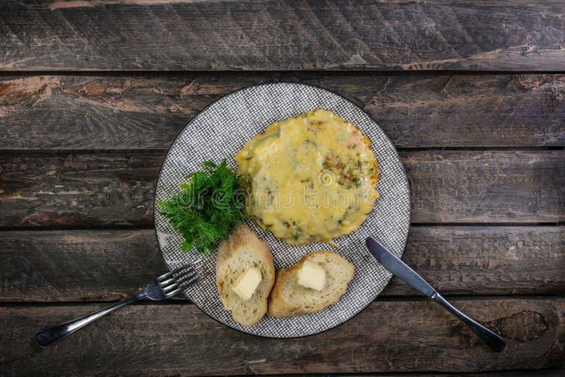 Tortilla con los tomates, el calabacín y las setas servidos por los cubiertos Comida sana del desayuno de la tortilla Visión supe fotografía de archivo libre de regalías