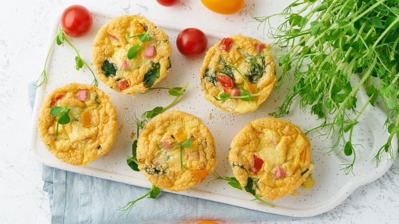 Tortilla con los tomates y tocino, huevos cocidos con espinaca y bróculi, visión superior, bandera keto, dieta quetogénica fotos de archivo