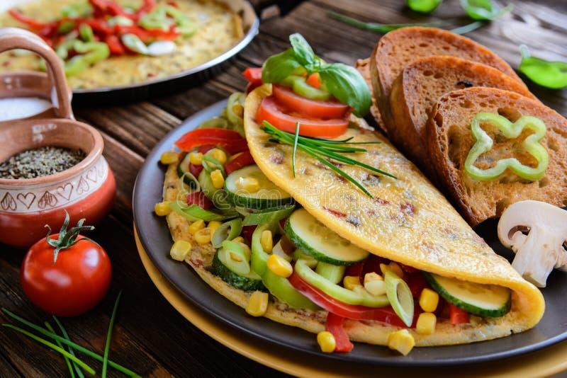 Tortilla con pimienta, el tomate, el maíz, la cebolla verde, el pepino, las setas y el pan frito fotografía de archivo libre de regalías