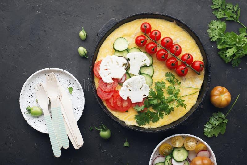 Tortilla con queso en una cacerola del arrabio con las verduras frescas, tomates, pepinos, rábanos, coliflor, hierbas tapa imagen de archivo libre de regalías