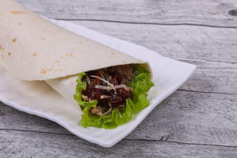 Tortilla con tonno, insalata e pomodoro essiccato fotografia stock