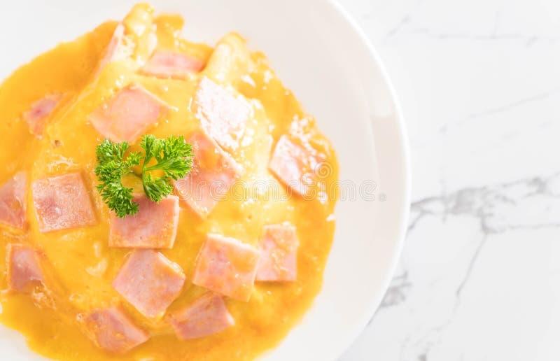 Tortilla cremosa con el jamón en el arroz fotografía de archivo libre de regalías
