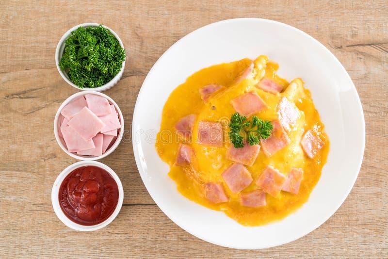 Tortilla cremosa con el jamón en el arroz imagen de archivo
