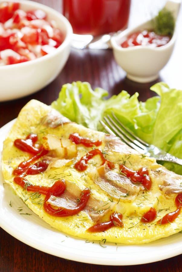 Tortilla de huevos con tocino, jugo de tomate y ensalada foto de archivo