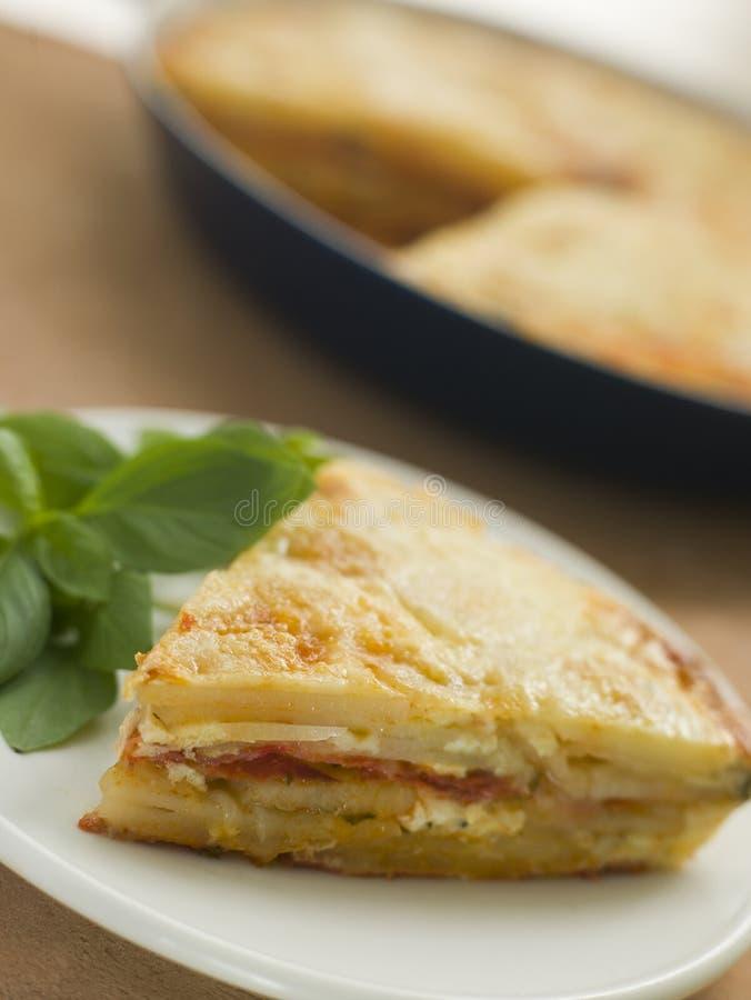 Tortilla de huevos española de la salchicha de la patata y del chorizo fotografía de archivo