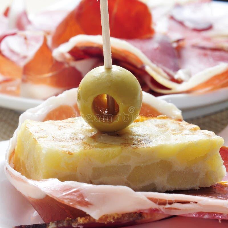 Tortilla de patatas espagnole et jambon de serrano photos stock
