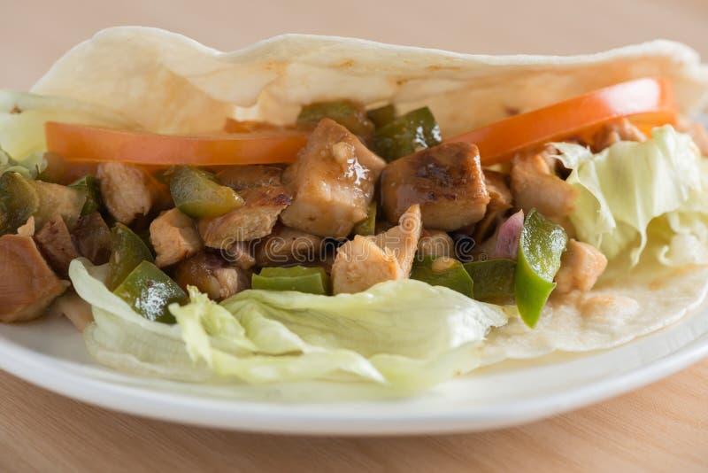 Tortilla de poulet avec les tomates et le paprika vert photos libres de droits