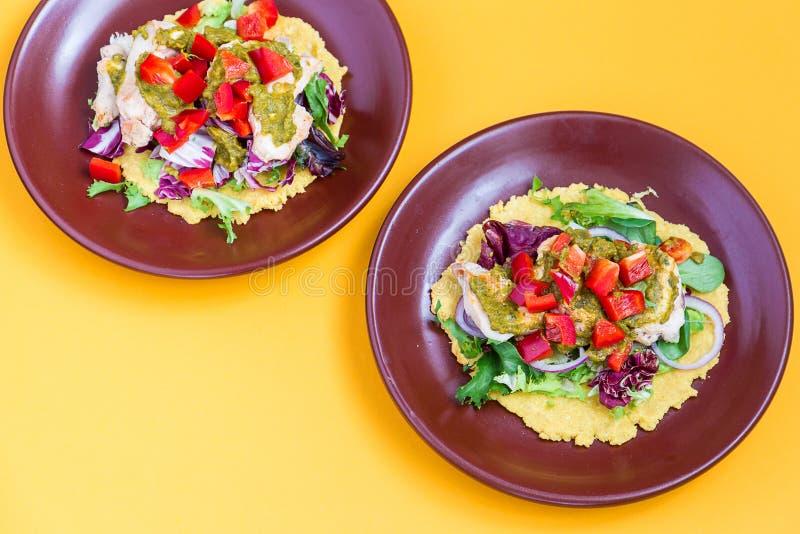Tortilla de poulet et de salade avec l'avocat sur le fond orange, vue supérieure photographie stock libre de droits