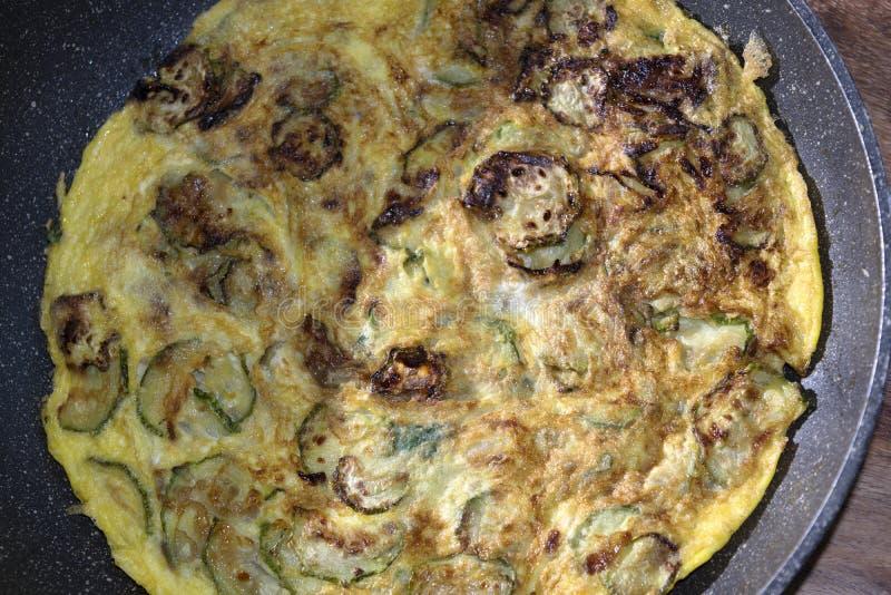 Tortilla del calabacín en cacerola foto de archivo