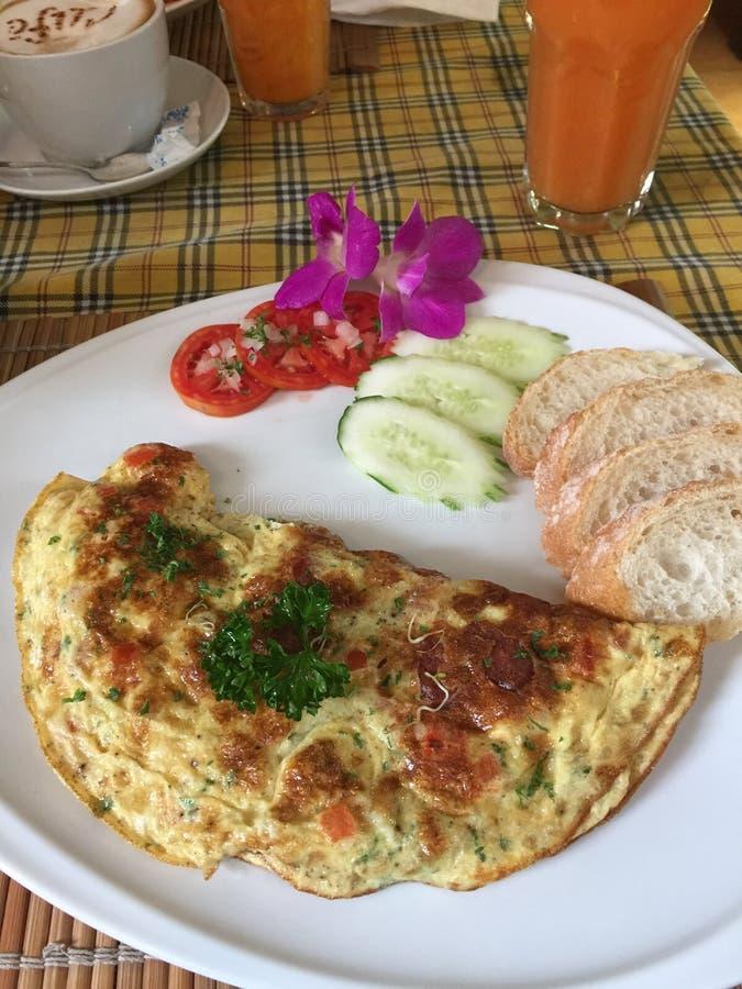 Tortilla del desayuno en Diamond Cafe azul en Chiangmai Tailandia imagen de archivo