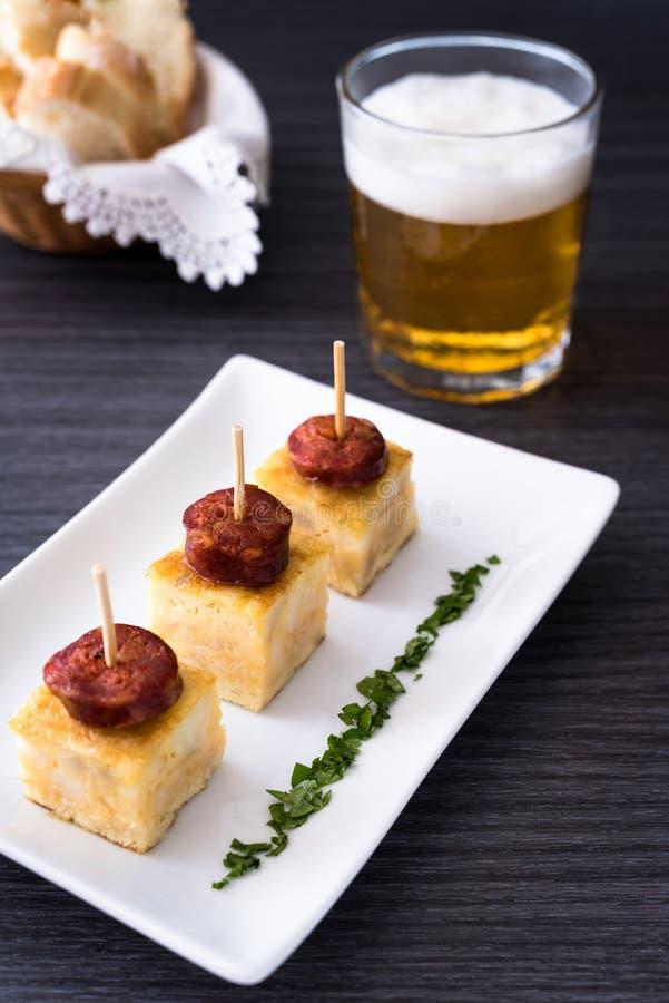 Tortilla española con la salchicha foto de archivo