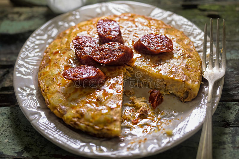 Tortilla espagnole avec la saucisse de chorizo image libre de droits
