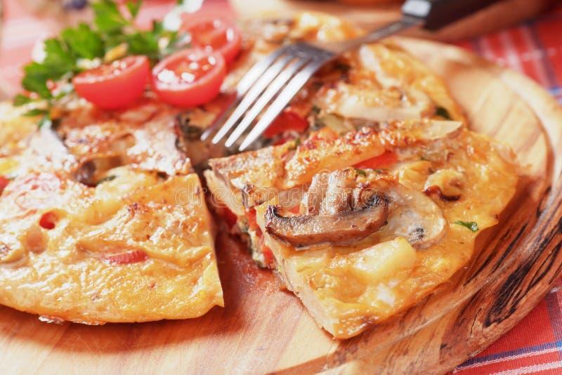 Tortilla, hiszpański omelette z pieczarkami i pomidor, zdjęcia stock