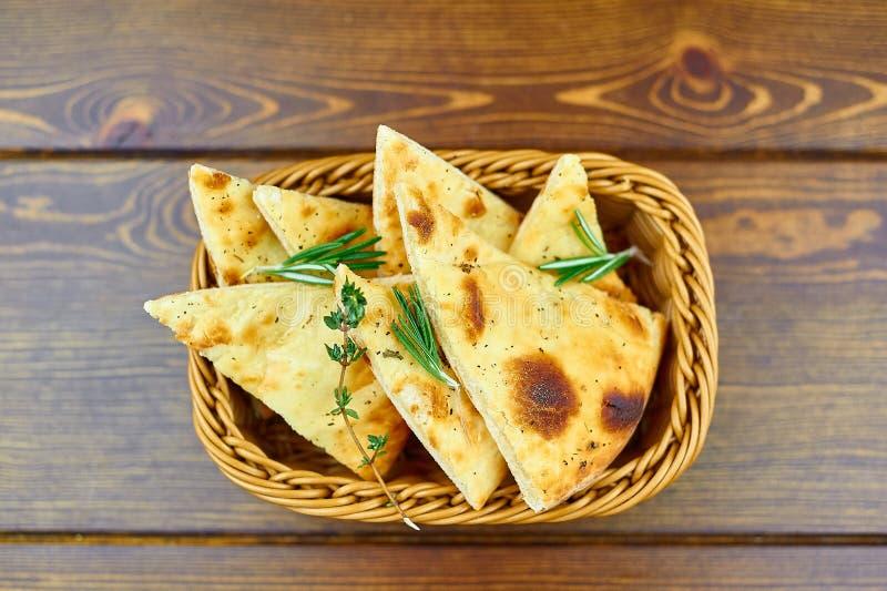 Tortilla italiana en una cesta en la tabla fotografía de archivo