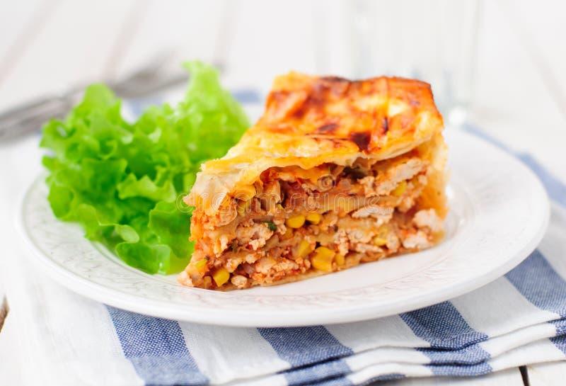 Tortilla (Lavash), κοτόπουλου, κολοκυθιών και γλυκού καλαμποκιού βαλμένο σε στρώσεις κέικ στοκ εικόνες