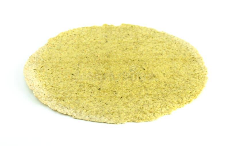 Tortilla libre de gluten d'épinards sur un fond blanc images stock