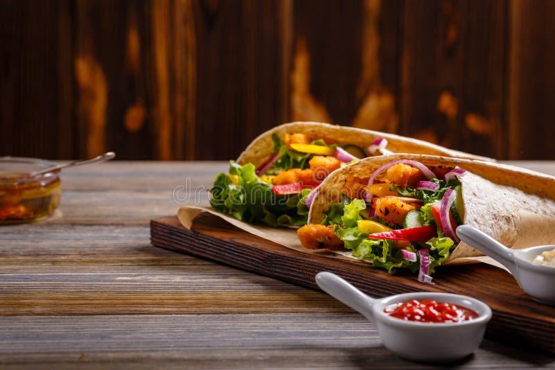 Tortilla mit Huhn und Gemüse lizenzfreies stockbild