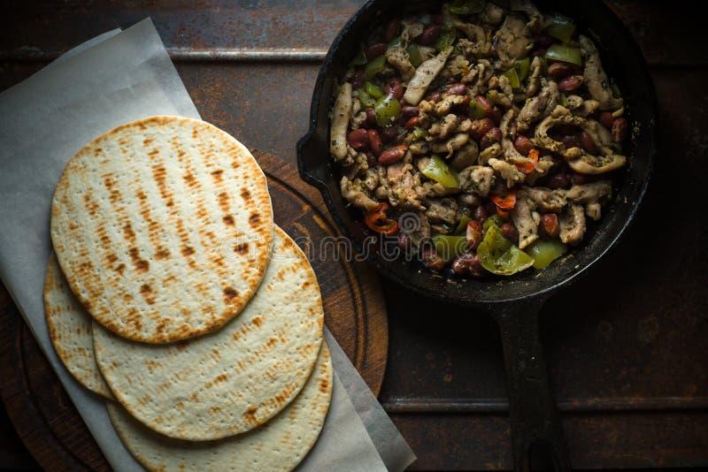 Tortilla na pergaminie i smażyć niecce z plombowaniem obraz royalty free