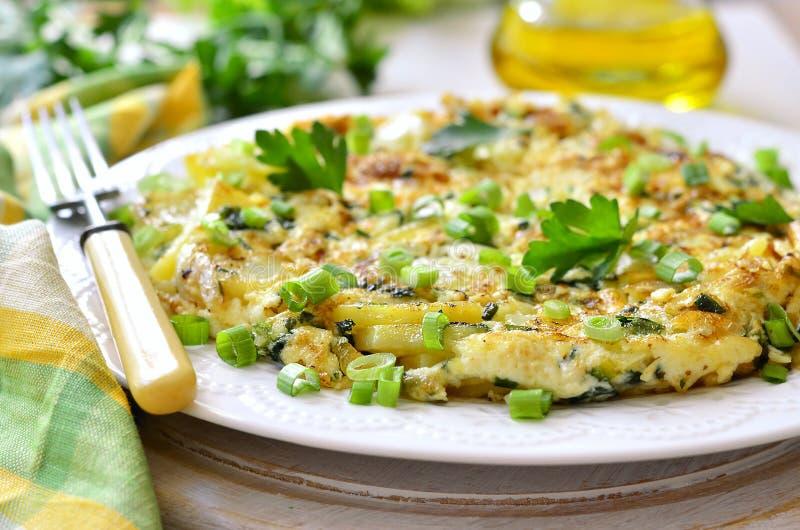 Tortilla - omlet z grulą i cebulą fotografia stock