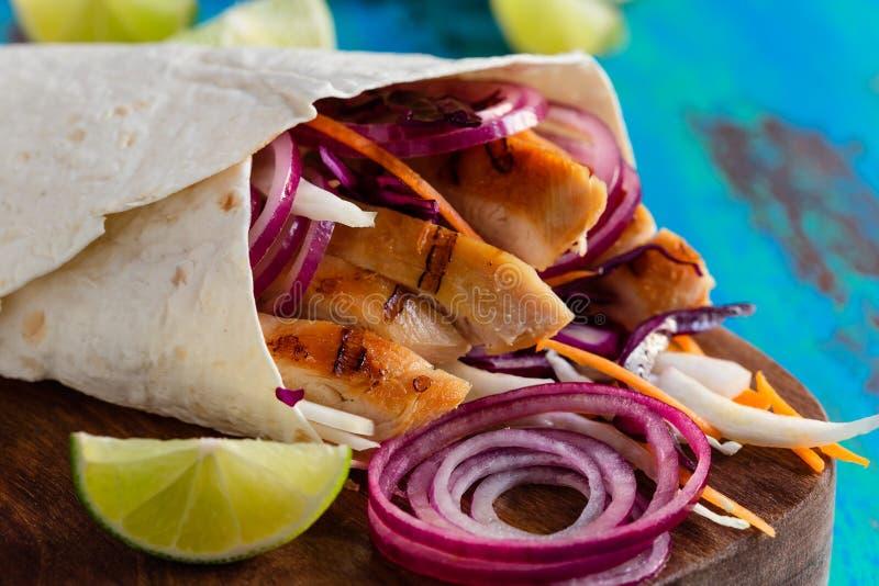 Tortilla opakunek z piec na grillu świeżymi warzywami i kurczakiem zdjęcia royalty free
