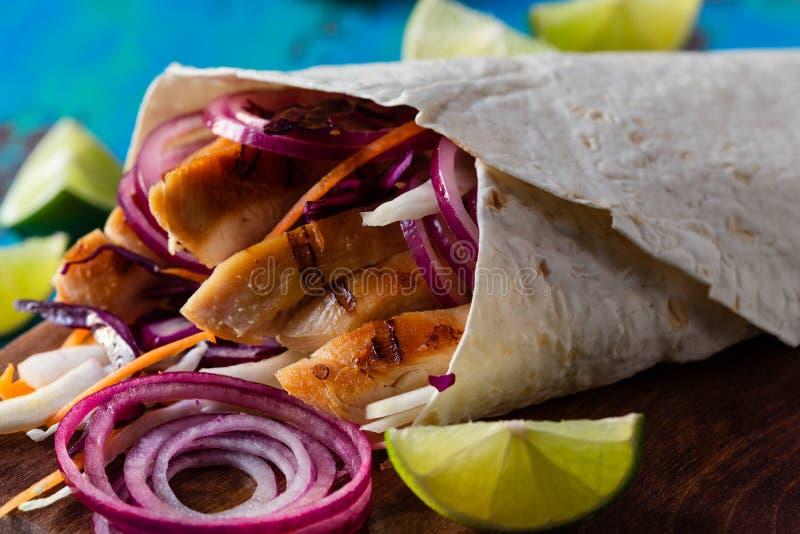 Tortilla opakunek z piec na grillu świeżymi warzywami i kurczakiem fotografia stock