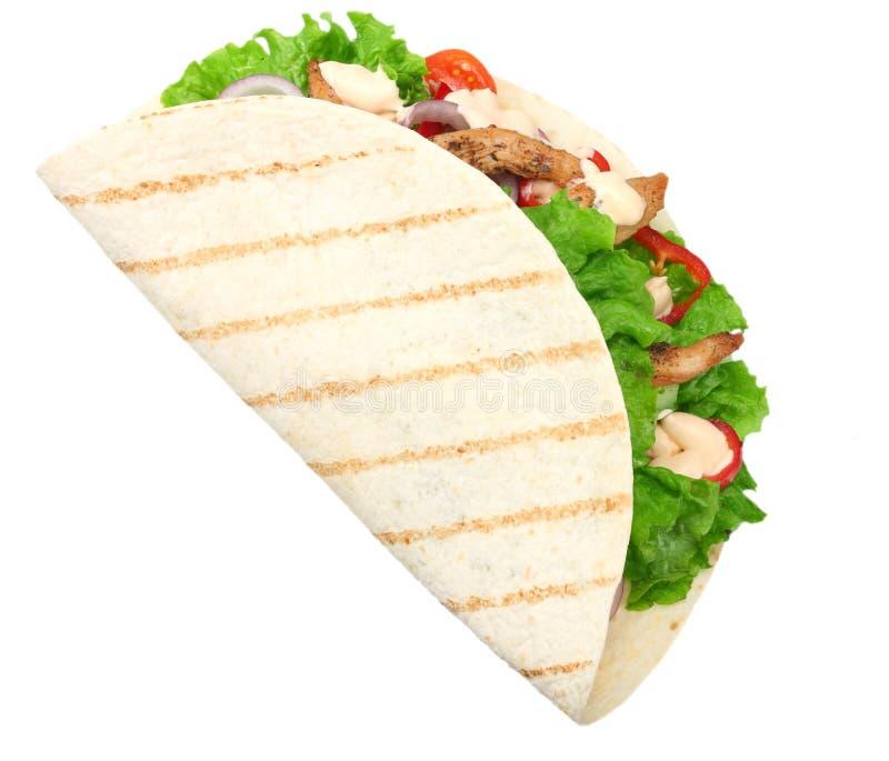Tortilla opakunek z pieczonego kurczaka mięsem odizolowywającymi na białym tle warzywami i Fast food zdjęcie stock