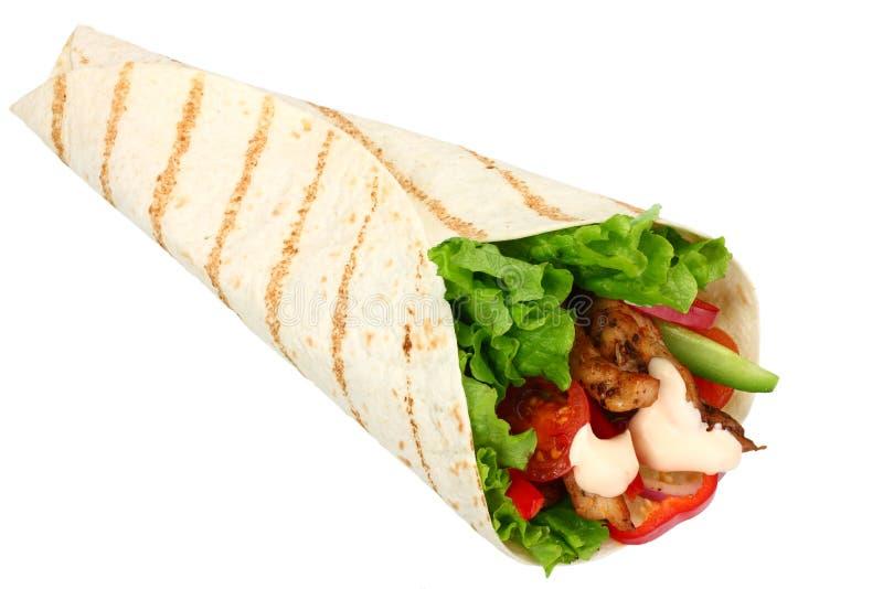 Tortilla opakunek z pieczonego kurczaka mięsem odizolowywającymi na białym tle warzywami i Fast food zdjęcia royalty free
