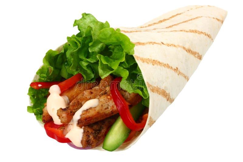 Tortilla opakunek z pieczonego kurczaka mięsem odizolowywającymi na białym tle warzywami i Fast food obraz stock