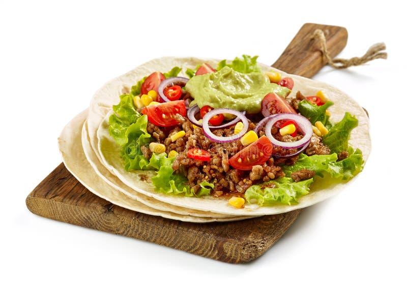 Tortilla opakunek z smażącym minced mięsem warzywami i fotografia royalty free