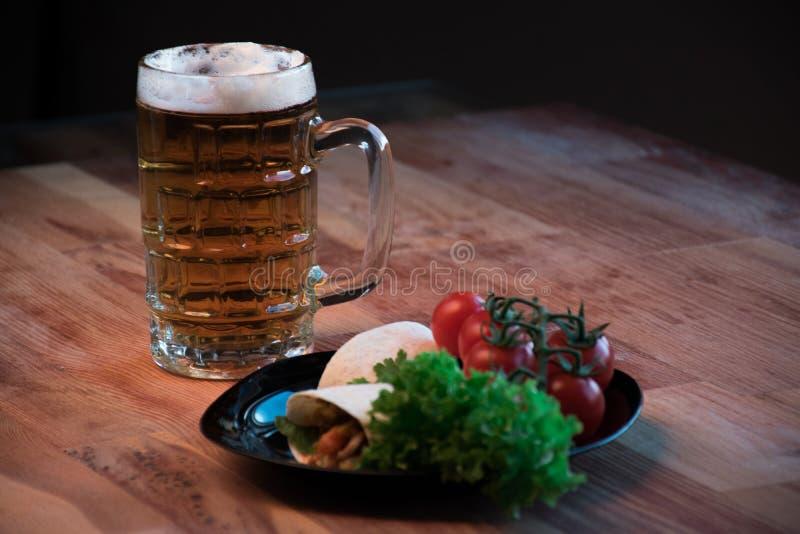 Tortilla på plattan med grönsaker med öl royaltyfri foto