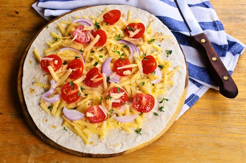 Tortilla plate avec du fromage et des légumes images stock