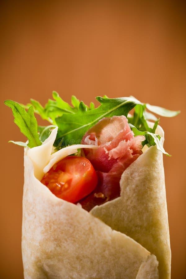 Tortilla's met bacon en arugulasalade stock afbeeldingen