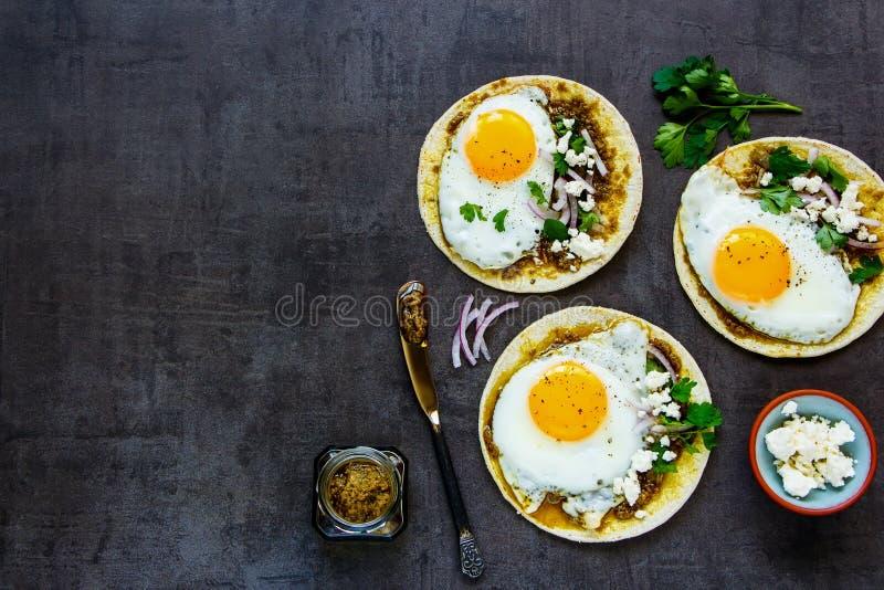 Tortilla's met gebraden eieren royalty-vrije stock foto's