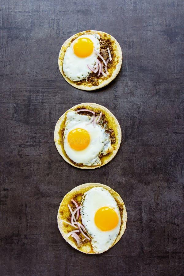 Tortilla's met gebraden eieren stock afbeelding