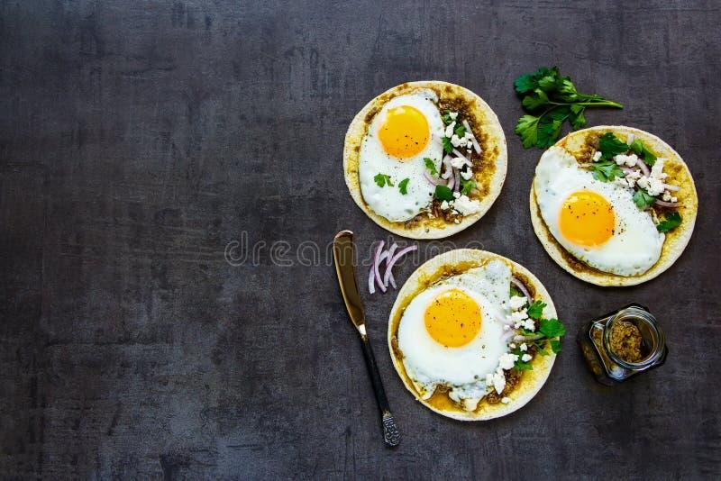 Tortilla's met gebraden eieren stock fotografie
