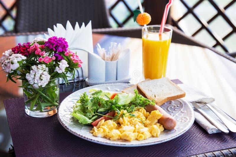 Tortilla, salchicha y ensalada para el desayuno imagen de archivo