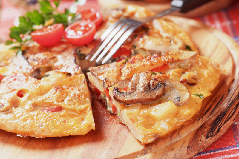 Tortilla, spanisches Omelett mit Pilzen und Tomate stockfotos