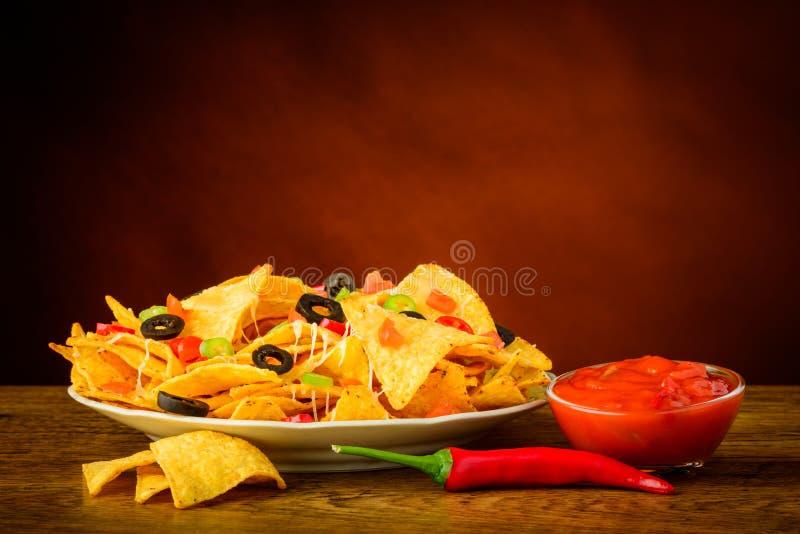 Tortilla układy scaleni i salsa upad fotografia stock